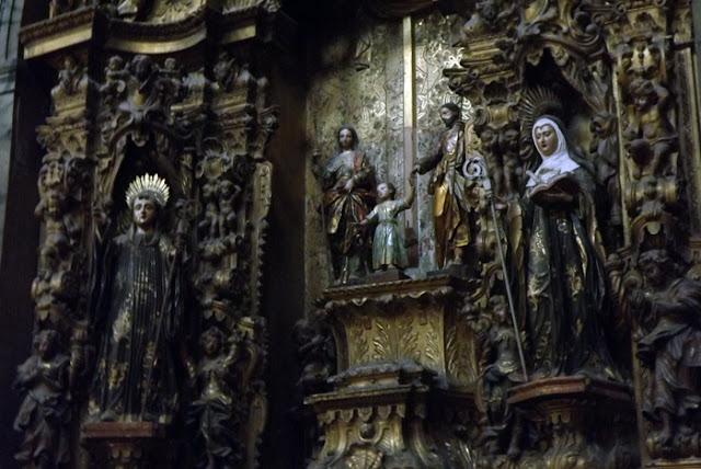 imagens de santos em altar de talha dourada
