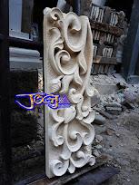 ukiran tiang pilar bagian atas yang dibuat dari batu alam paras jogja (Batu putih) berbentuk kotak persegi.