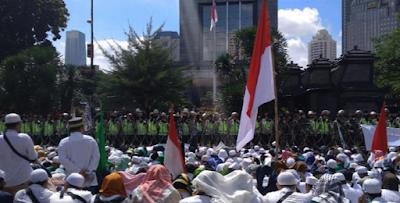Massa FPI berorasi di depan Polda Metro Jaya