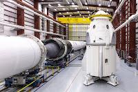 Wizja artystyczna dokującego do ISS statku Dragon 2. Credits: NASA/SpaceX.