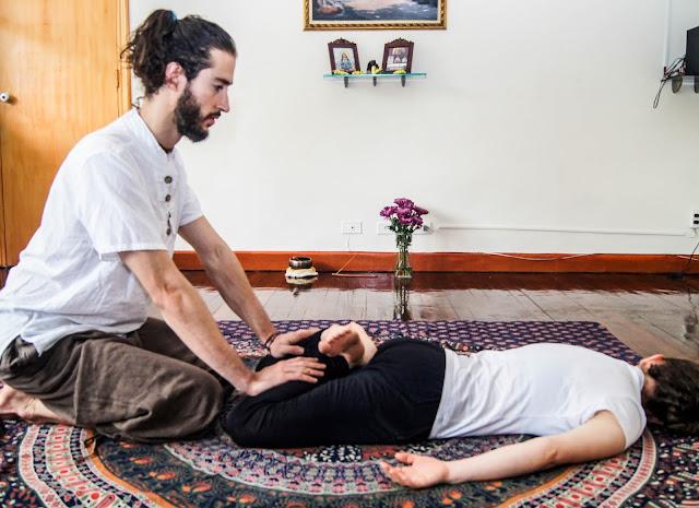 Shiatsu es una técnica terapéutica milenaria de masaje, con sus bases en la cultura japonesa y en la digitopuntura.