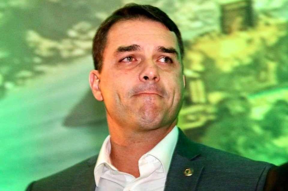 OUTRO EX-ASSESSOR DE FLÁVIO BOLSONARO PASSOU 248 DIAS NO EXTERIOR E RECEBIA SALÁRIO DA ALERJ