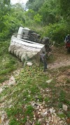 La Guázara::-  Dos personas salvan su vida de milagro al volcarse un camión cargado de mango