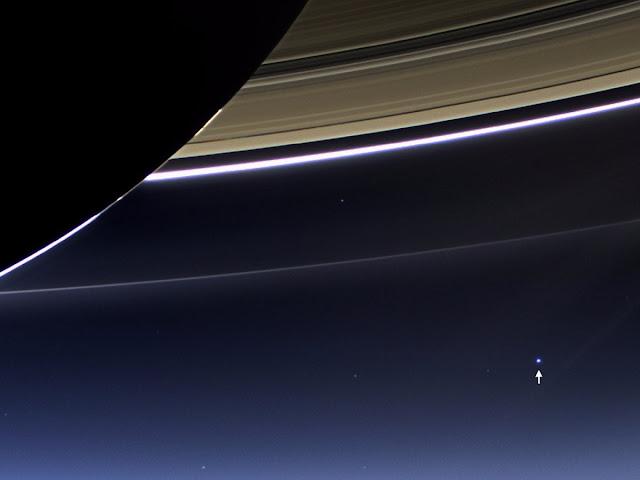 Trái Đất là chấm sáng xanh trong hình ảnh này, được chụp bởi tàu Cassini từ Sao Thổ với khoảng cách xa đến 1,44 tỷ cây số vào ngày 19 tháng 7 năm 2013. Hình ảnh: NASA/JPL.