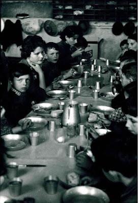 Photographie prise dans les années 50 dans une école de la région de Montceau (collection musée)