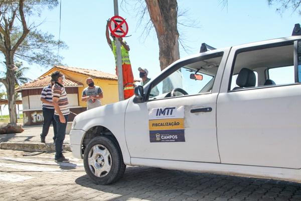 Proibido estacionamento ao longo da orla de Farol de São Thomé