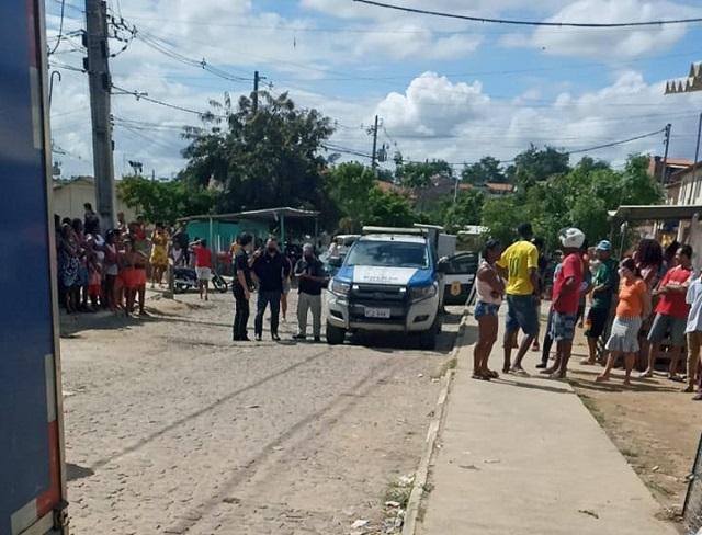 Homem é morto com mais de 15 tiros em residencial no bairro Caraíbas