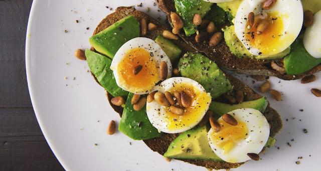 Κρόκοι αυγού, αβοκάντο και άλλες 7 σούπερ τροφές που επιταχύνουν το αδυνάτισμα