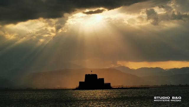 """Ναύπλιο: Το ηλιοβασίλεμα που """"μετέτρεψε"""" το Μπούρτζι σε πινάκα ζωγραφικής"""