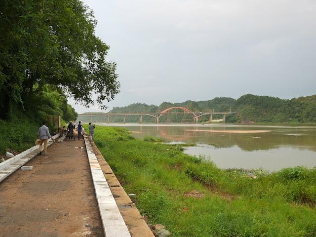 construction of a walkway next to the Gong River near the Meilin Bridge in Ganxian