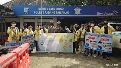 Cegah Penyebaran Covid 19, Satlantas Polres Padang Pariaman bersama Mahasiswa KKN Bagikan Masker Gratis