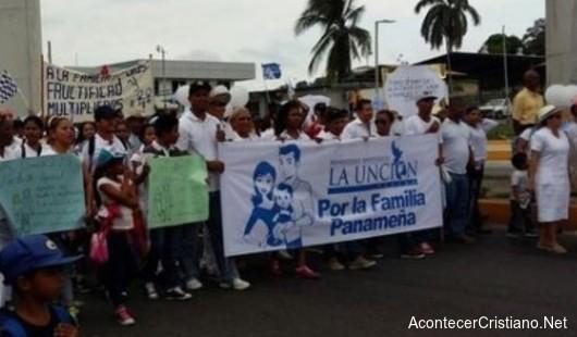 Marchan en defensa del matrimonio tradicional en Panamá