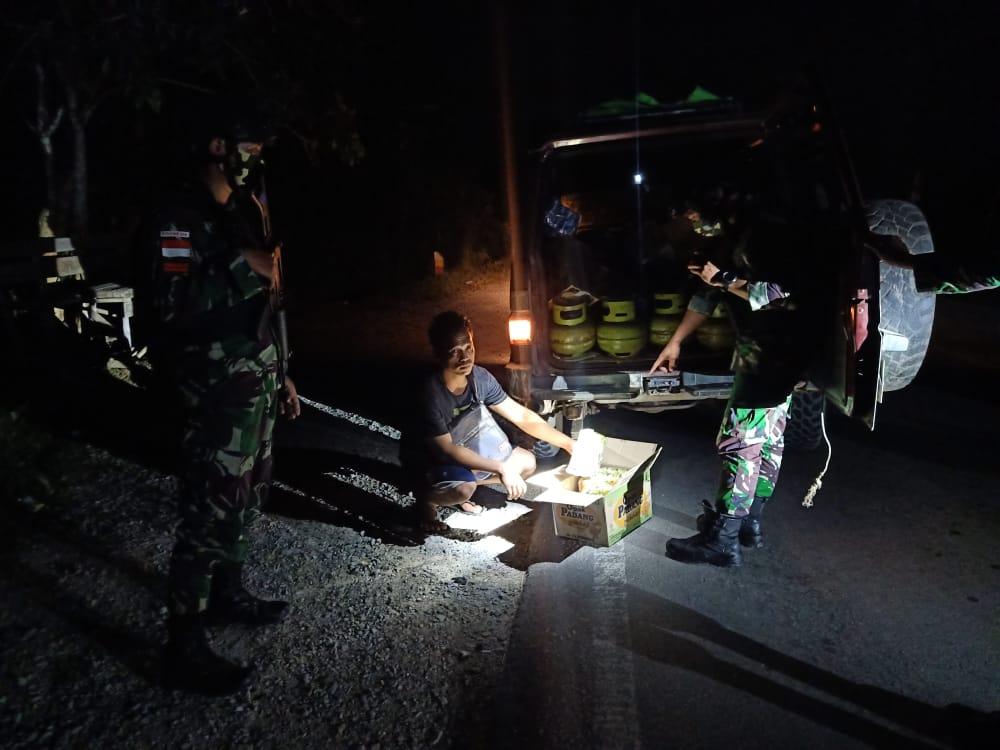 Cegah Penyelundupan Barang Ilegal, Satgas Yonif 642 Laksanakan Sweeping Malam Hari
