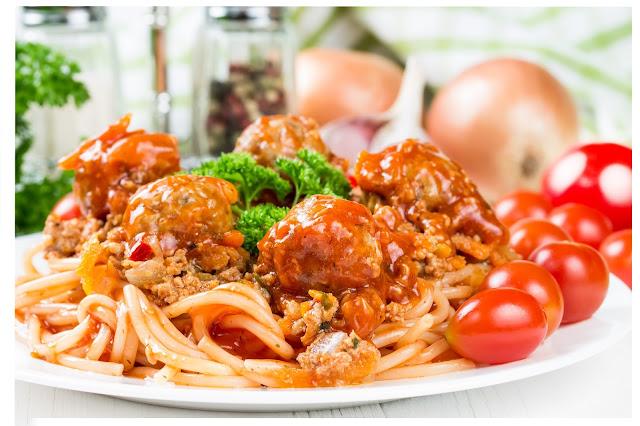 PULPECIKI ZAPIEKANE W SOSIE POMIDOROWYM z makaronem spaghetti