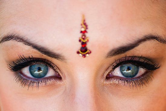 Some Gorgeous Bindi Designs for an Indian Bride