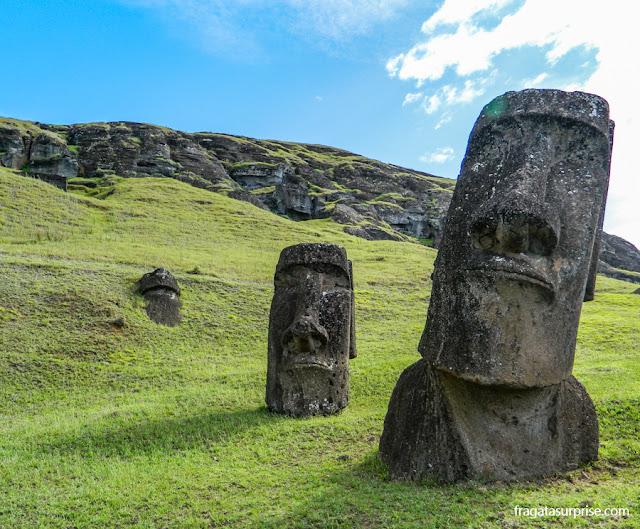 """As estátuas gigantes na encosta do Vulcão Rano Raraku, a """"fábrica de moais"""""""