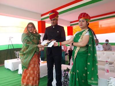 शिक्षिका ललिता पालीवाल को सम्मानित करते एसडीएम देवल