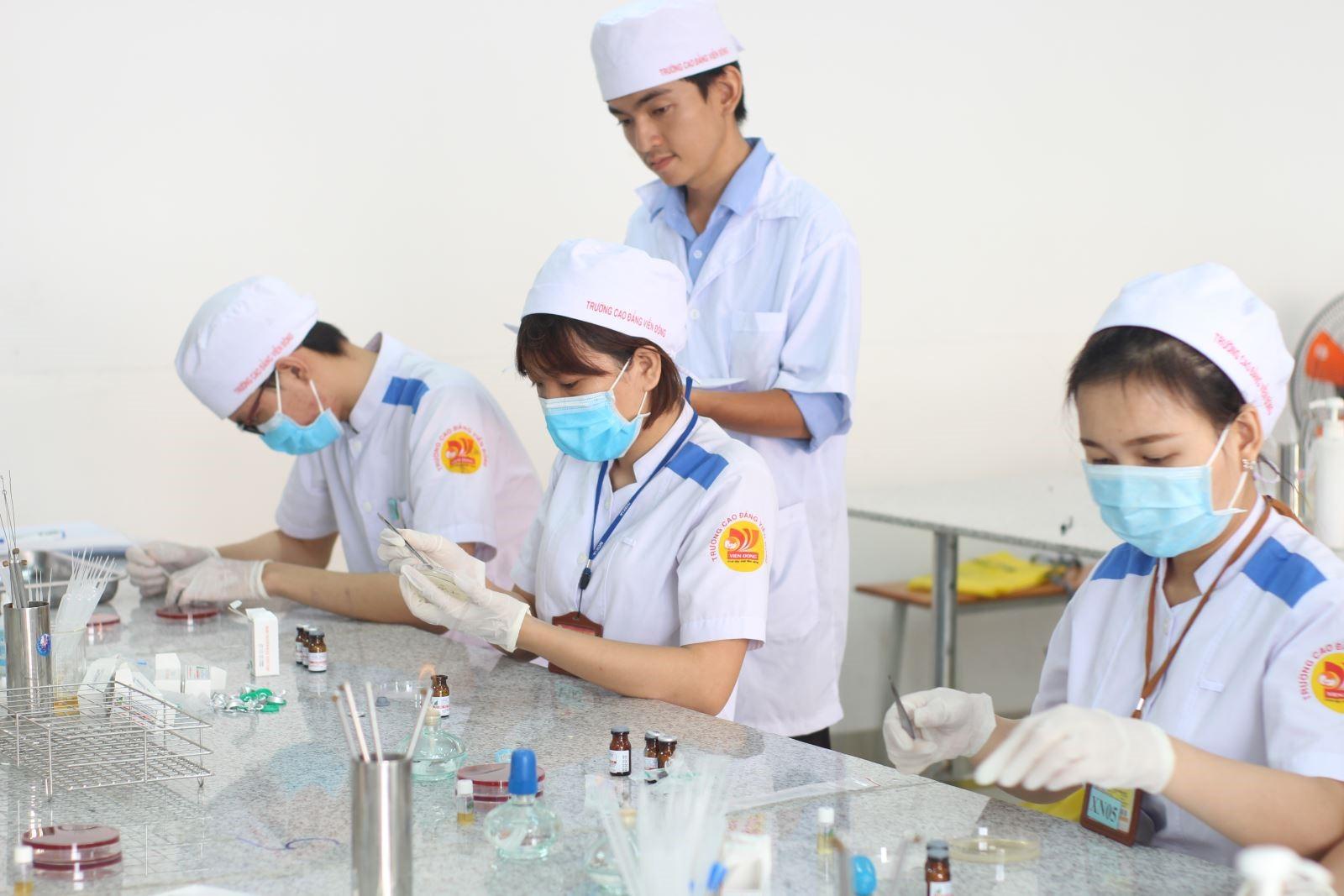 Sinh viên thực tập ngành Xét nghiệm y học