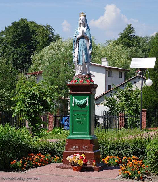 http://fotobabij.blogspot.com/2016/08/chodel-figura-z-1912-r-przy-ul-mostowej.html
