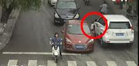 Άγιο είχε το κοριτσάκι, πέρασαν δύο αυτοκίνητα από πάνω της...➤➕〝📹ΒΙΝΤΕΟ〞