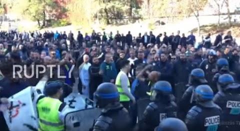 Nagy bajban Macron: Blokád alatt a francia főváros