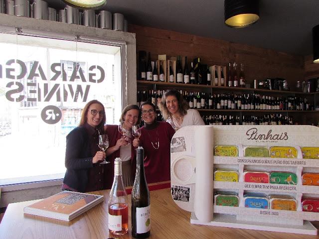 4 mulheres brindando com vinho em prova de conservas