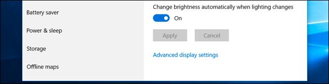 """خيار """"تغيير السطوع تلقائيًا عند تغير الإضاءة"""" في تطبيق إعدادات Windows 10."""
