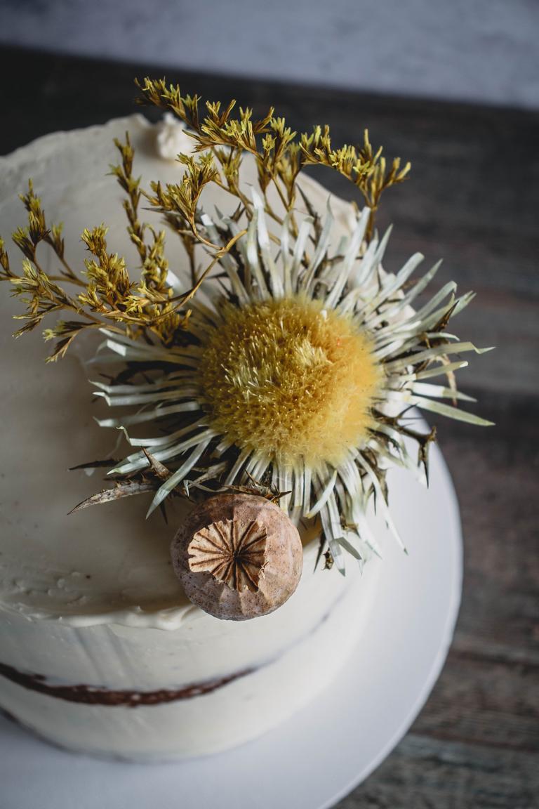 Blumendekoration auf der Torte
