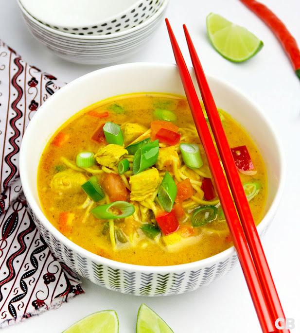 Verrukkelijke Thaise currysoep met noedels, kip en groenten