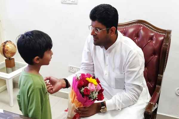 haryana-deputy-chief-minister-dushyant-chautala-meet-child