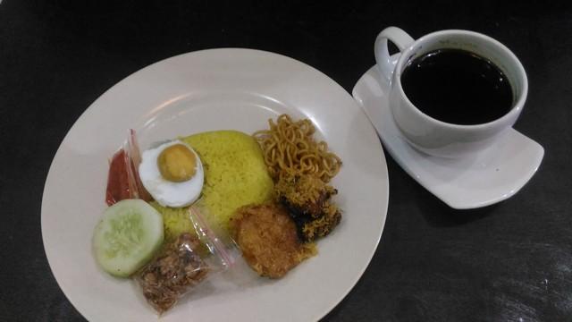 Sajian nasi kuning dan kopi hitam