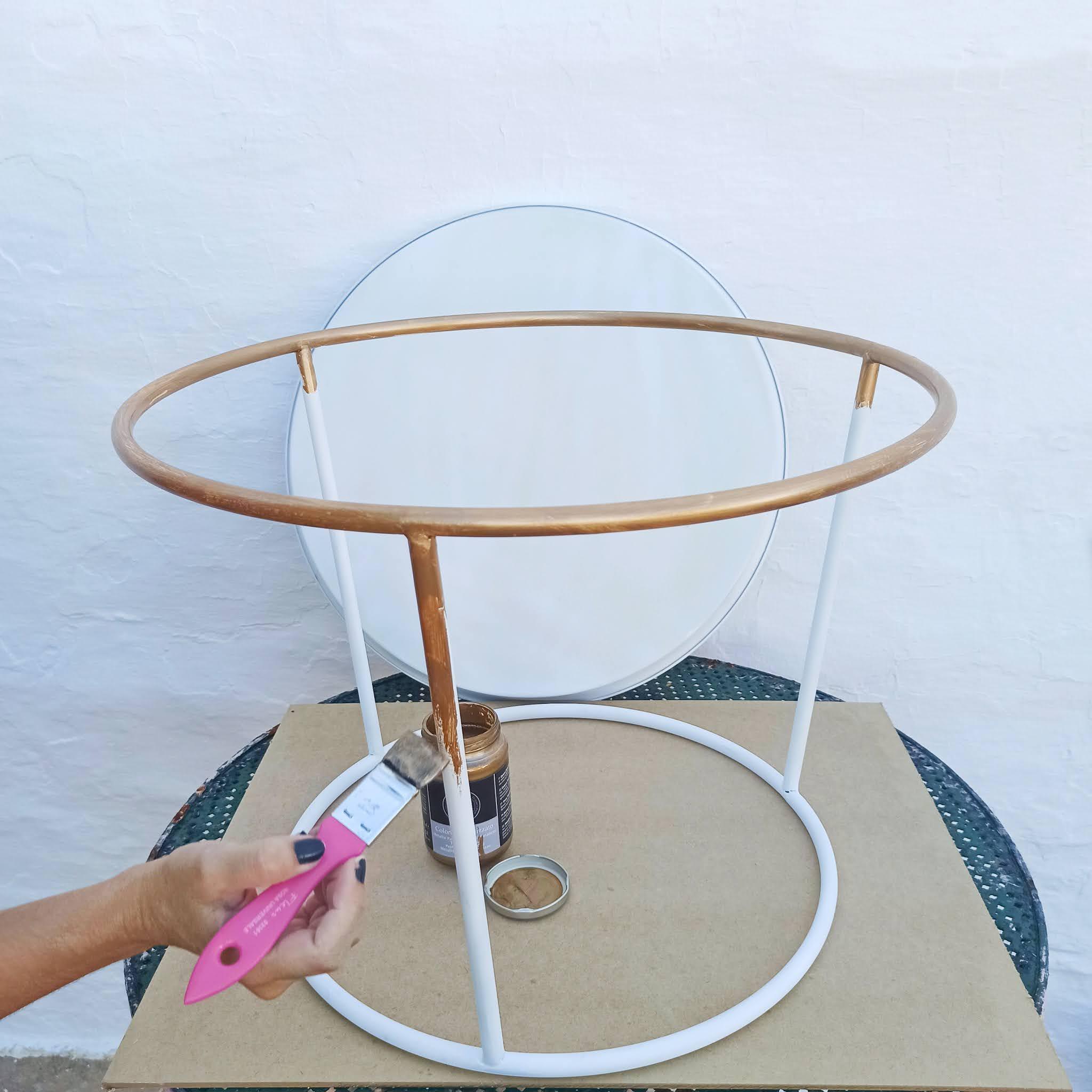 5-pouring-mesa-auxiliar-pintando-dorado