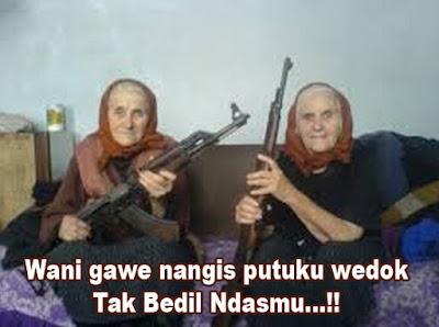nenek tua bawa senjata gokil banget