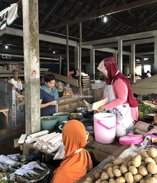 Lapar mata, suatu pagi di Pasar Kandangan | Omah Yudhi Kandangan Temanggung ©JelajahSuwanto