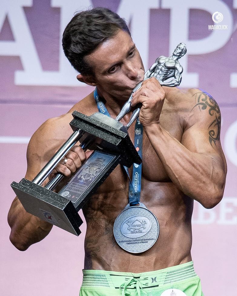Rodrigo Varanda beija troféu de vice-campeão no campeonato brasileiro de fisiculturismo. Foto: Marcelo Magalhães