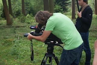 Kameramann Robert hält ein Fernglas vor die Kamera
