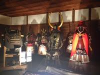 sala con diverse armature di samurai