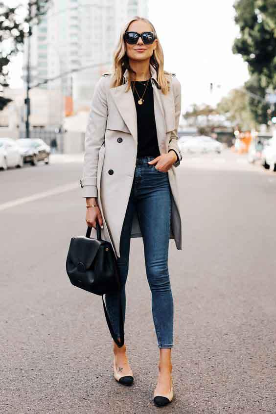 Trench coat feminino e calça jeans