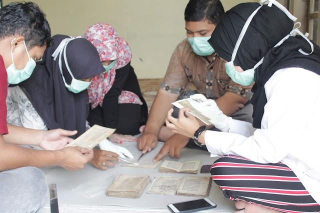 Praktikum Konservasi DIII Ilmu Perpustakaan di Pedir Museum