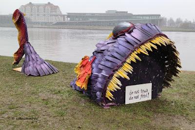Ein großer Fisch als Kunstwerk an der Elbe