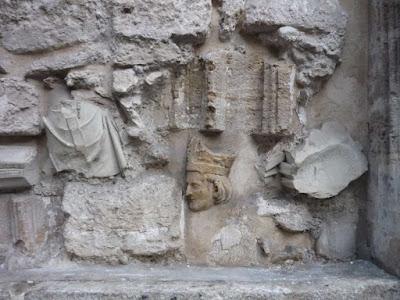 Reciclaje de varios fragmentos de una estatua como relleno para cegar un arco en la iglesia de Santa Catalina