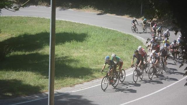 Grupo delantero en la subida a San Vigilio