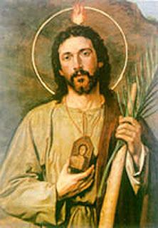 San Judas sostiene en la mano derecha el medallon y en la izquierda el garrote
