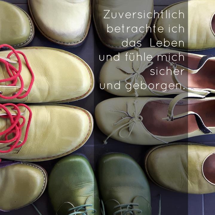 Lauter grüne Schuhe einer Familie - zuversichtlich betrachte ich das Leben
