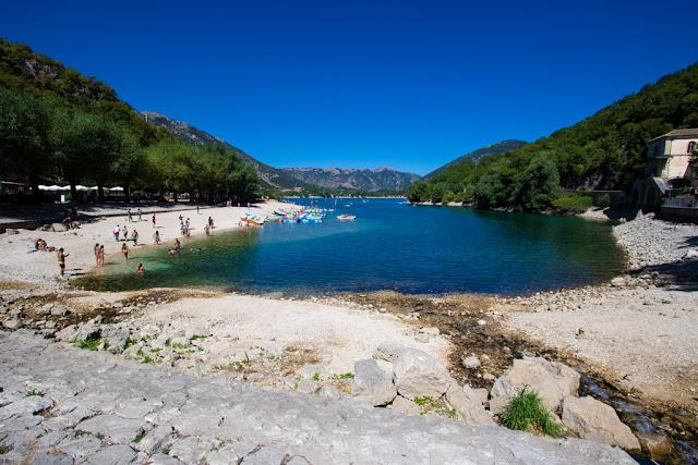 Lago di Scanno a forma di cuore dal basso-Zona balneabile