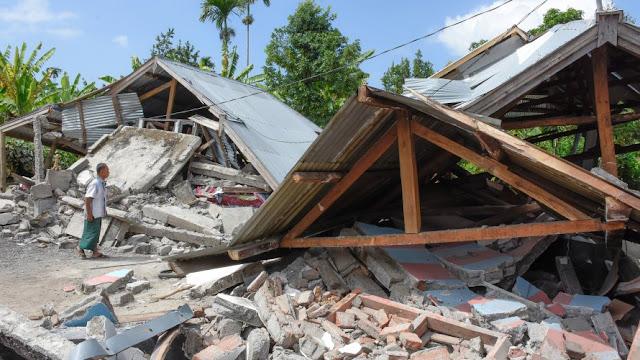 Terremoto de magnitude 7,5 atinge Indonésia e destrói casas
