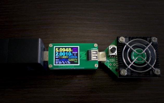 Miernik wraz z obciążeniem wpięty bezpośrednio do ładowarki USB