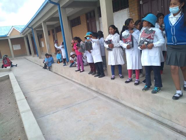 Da mein Abschied in den Anden ansteht, spendierte ich den Jugendlichen einer Schule zum Andenken Trainingsanzüge, über die sie sich sehr freuten. Mir selbst wurde eine Erinnerungsplakette überreicht.