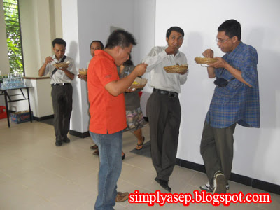 STANDING PARTY: Maybe this is a tradition that is prevalent in OZ, there are not many seats provided here all enjoy eating while standing. Photo of Asep Haryono