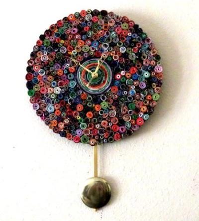 Jam dinding terbuat dari daur ulang kertas majalah bekas